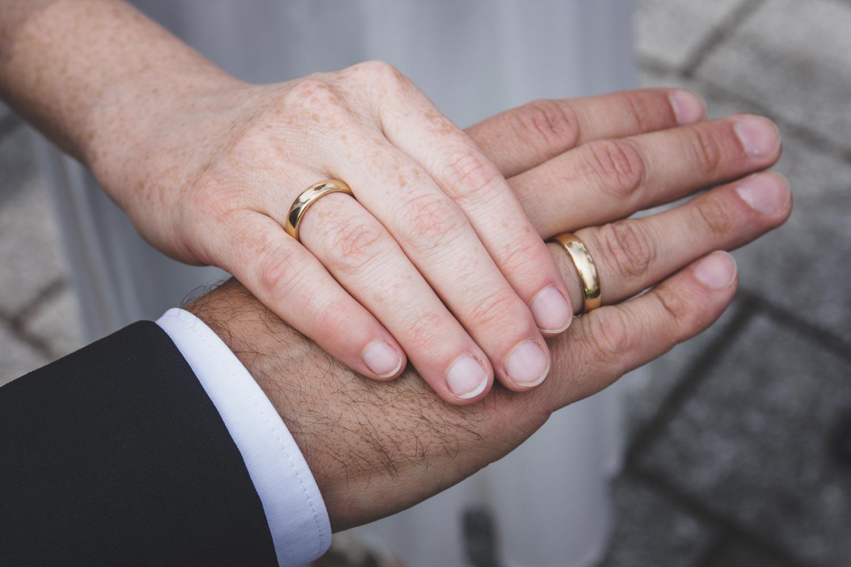 Das stolze Brautpaar zeigt die frisch angelegten Ringe kurz nach der Trauung im Standesamt München in der Ruppertstraße. - Hochzeitsfotos