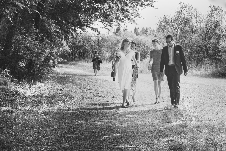 Spaziergang nach der Hochzeit mit den Trauzeugen am Deiniger Weiher - das Brautpaar strahlt um die Wette