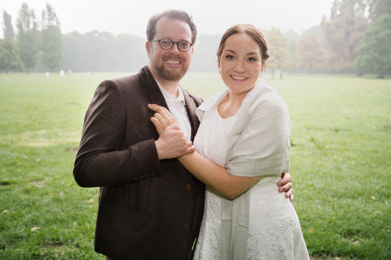 Das Brautpaar beim Hochzeitsshooting im Englischen Garten - Hochzeitsfotos