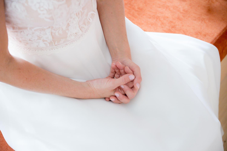 Die Hände der aufgeregten Braut