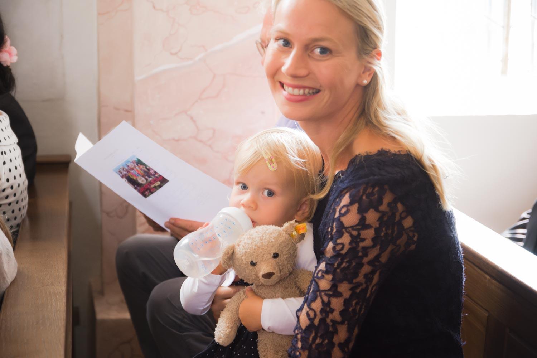 Mutter und Tochter in der Kirche in Oberbergkirchen - Hochzeitsfotos
