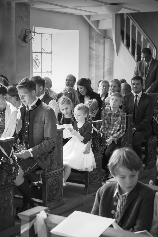 Hochzeitsgäste in der Kirche von Oberbergkirchen - Hochzeitsfotos