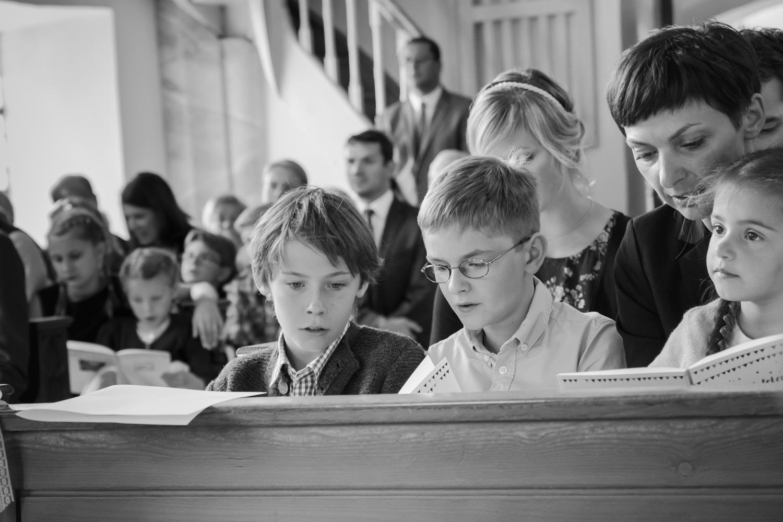 In der Kirche singen auch die Kinder mit - die Trauung in der kleinen Dorfkirche ist ein besonderer Moment für alle - Hochzeitsfotos