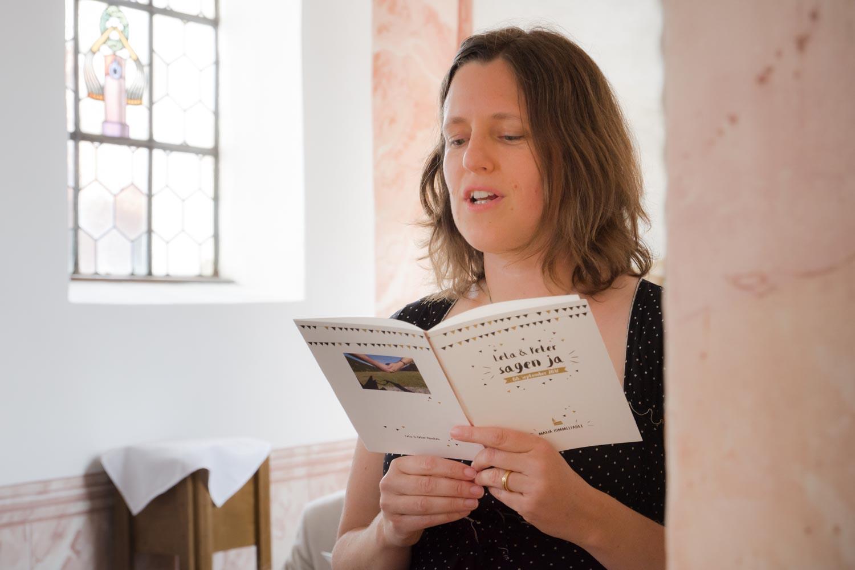 Gesang in der Kirche - die Gäste fiebern bei der Trauung mit - Hochzeitsfotos