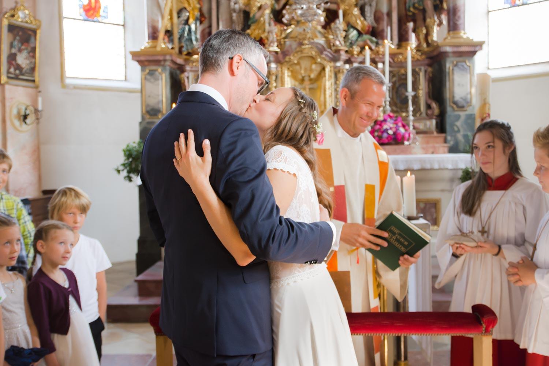 Der erste Kuss nach dem Ja-Wort - selbst der Pfarrer ist gerührt