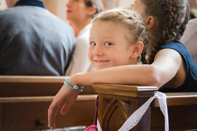 Fröhliches Mädchen in der Kirche