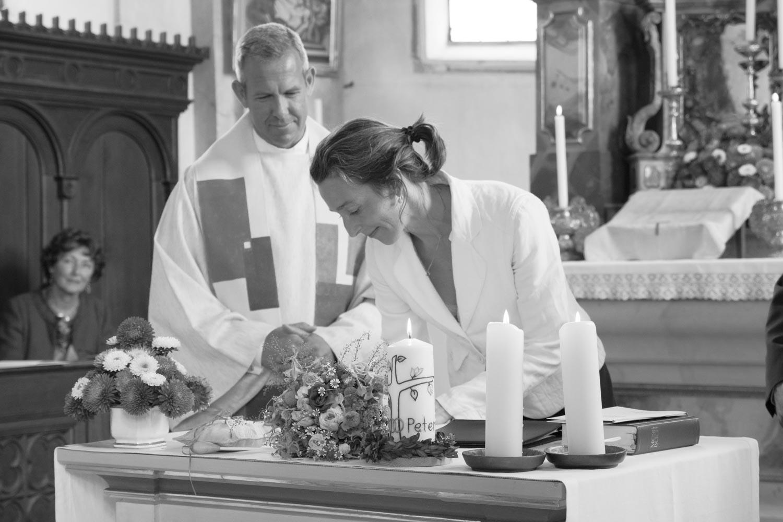 Unterschrift der Trauzeugin in der Kirche