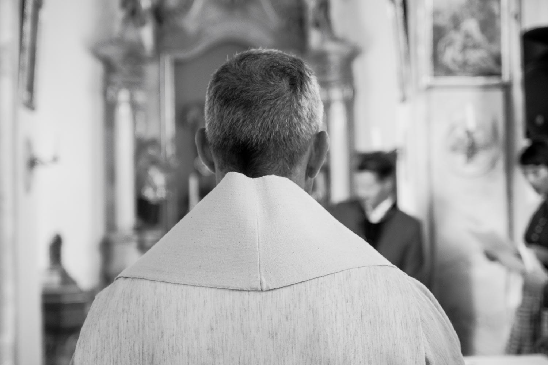 Der Pfarrer in der Dorfkirche von Oberbergkirchen - Hochzeitsfotos