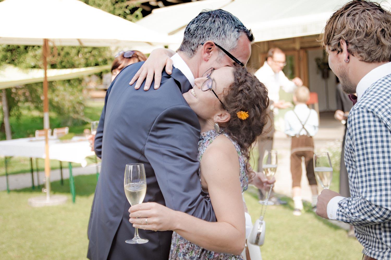 Umarmung und Gratulation für den frischgebackenen Ehemann - Hochzeitsreportage München