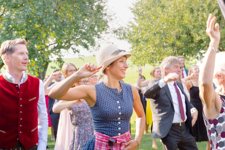 Die Hochzeitsgäste legen sich mit ihrer Tanzperformance ins Zeug - Hochzeitsfotos