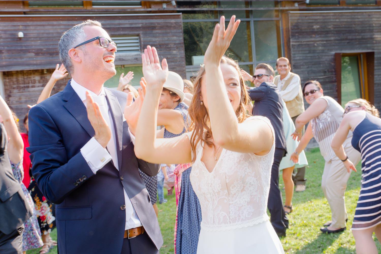 Action beim Tanz mit den Gästen auf der Wiese - Hochzeitsfotos