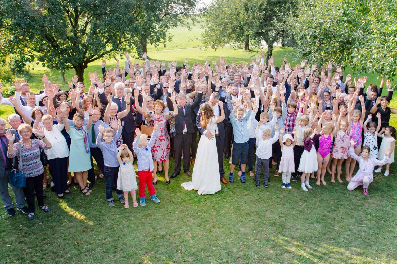 Gruppenfoto bei der Sommerhochzeit am AmVieh-Theater mit Brautpaar und Kuss. Alle jubeln - Hochzeitsfotos
