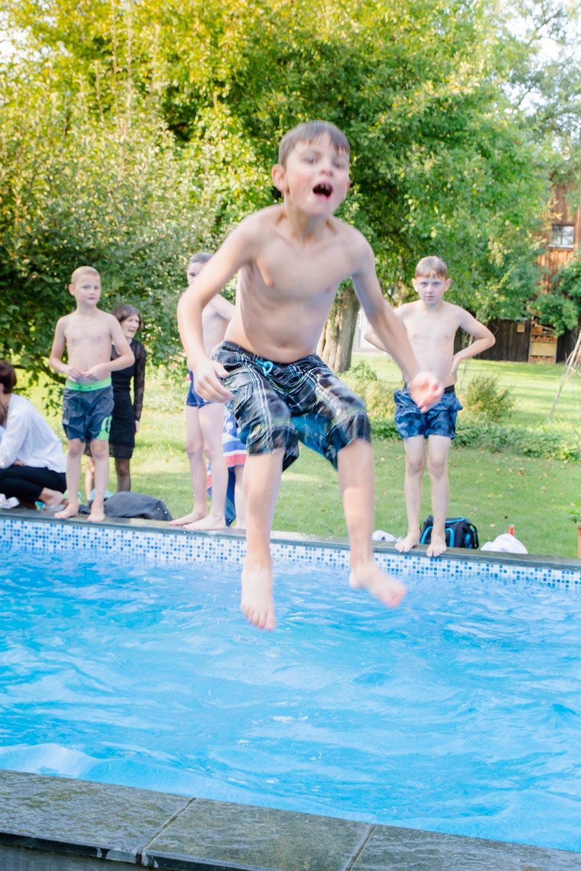 Bei der Sommerhochzeit am AmVieh-Theater war der Pool der beliebteste Ort aller kleinen Gäste - Hochzeitsfotos