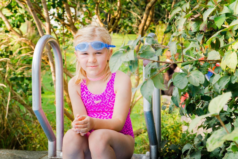 Sommerhochzeit am Pool - die kleinen Gäste genießen den Pool am AmVieh-Theater als willkommene Abkühlung