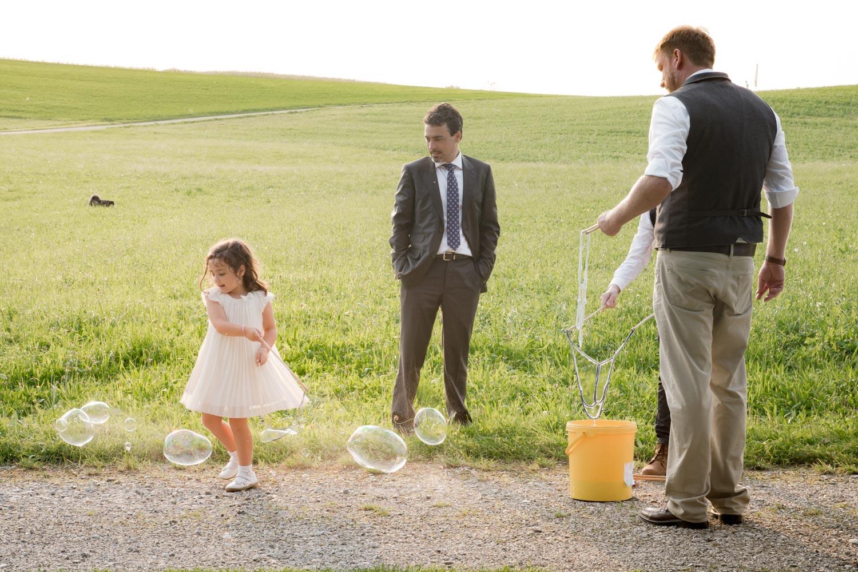 Riesige Seifenblasen sind auf der Hochzeit ein Spaß für Jung und Alt - Hochzeitsfotos