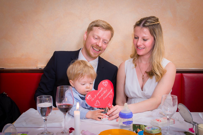 Gemeinsames Festessen mit Gästen beim Lieblingsitaliener in Schwabing - Hochzeitsfotos