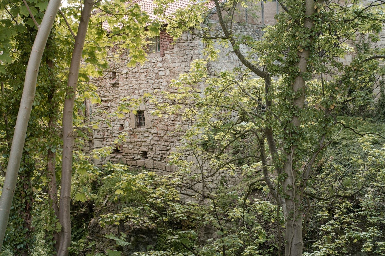 Die dicken Mauern schützen Burg Lohra schon seit Jahrhunderten - der Burggraben ist der perfekte Ort für romantische Hochzeitsportraits und das Brautpaarshooting - Hochzeitsfotos