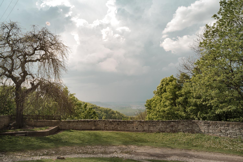 Sonniger Ausblick von der Burgmauer auf Burg Lohra in Thüringen