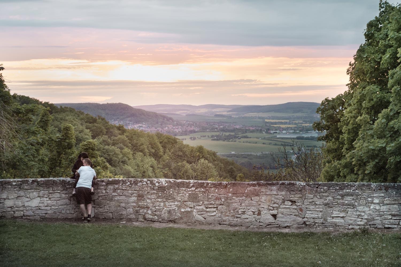 Im Sonnenuntergang ist die Burgmauer ein romantischer Ort für Verliebte und neue und alte Ehepaare.