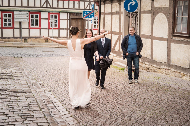 Die Braut begrüßt am historischen Rathaus von Bleicherode ihre von weither angereisten Hochzeitsgäste. - Hochzeitsfotos