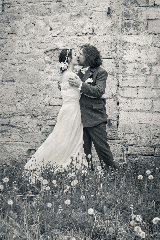 Inniger Kuss beim Hochzeitsshooting des Brautpaares auf Burg Lohra in Thüringen - Hochzeitsfotos