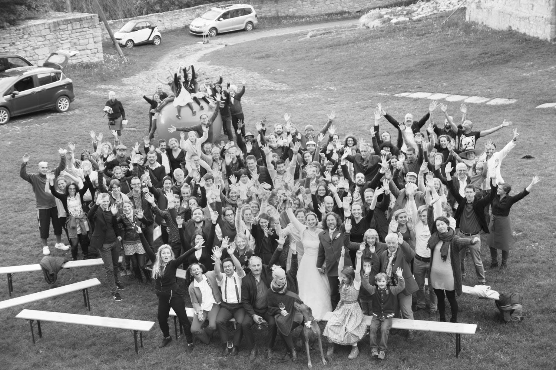 Das Gruppenfoto beim Hochzeitsfestival auf Burg Lohra. Alle Gäste und die Brautleute genossen das tolle Wochenende - Hochzeitsfotos