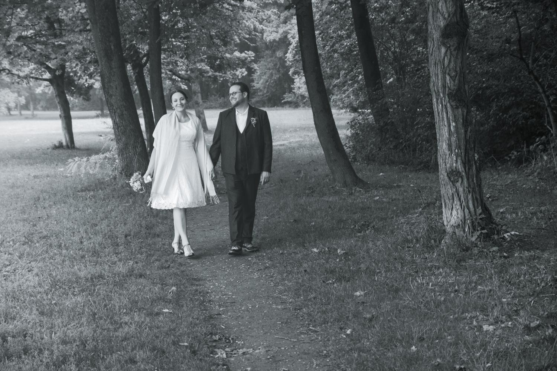 Ehemann und Ehefrau beim Spaziergang in Englischen Garten - die Ruhe nach der aufregenden Trauung in der Mandelstraße - Hochzeitsfotos