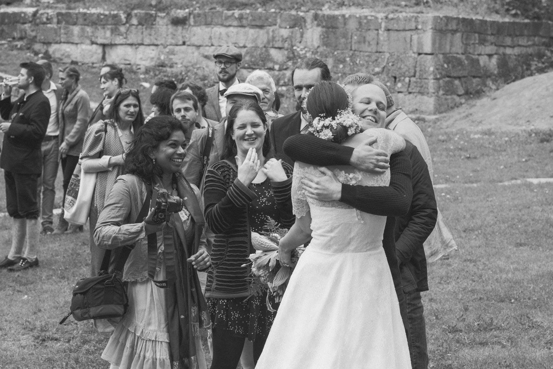 Eine lange Schlange bildet sich bei der Gratulation - jeder will beim Hochzeitsfestival der Braut und dem Bräutigam zu dieser Ehe gratulieren - Hochzeitsfotos