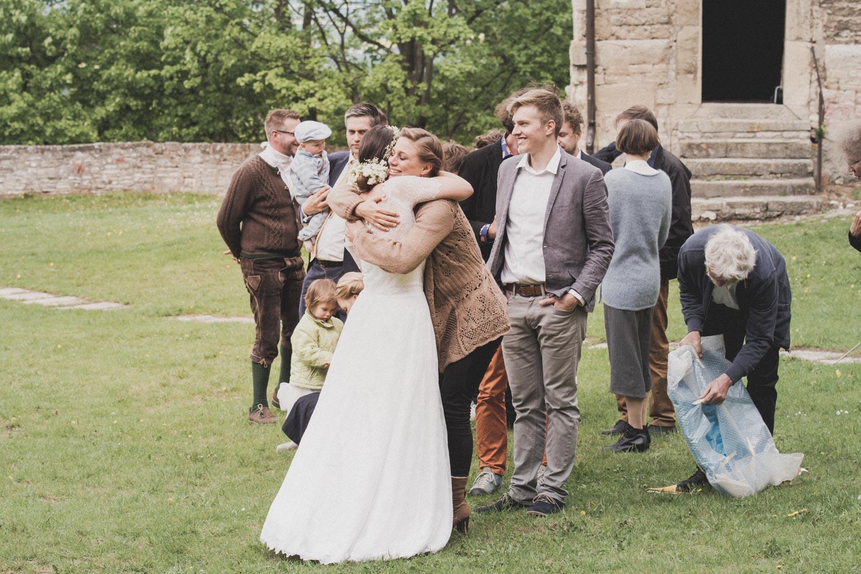 Jeder möchte gratulieren - die Braut freut sich über jeden Gast - Hochzeitsreportage München