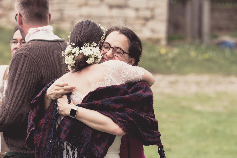 Herzliche Umarmung von Gästen und Braut beim Hochzeitsfestival auf Burg Lohra - Hochzeitsreportage München
