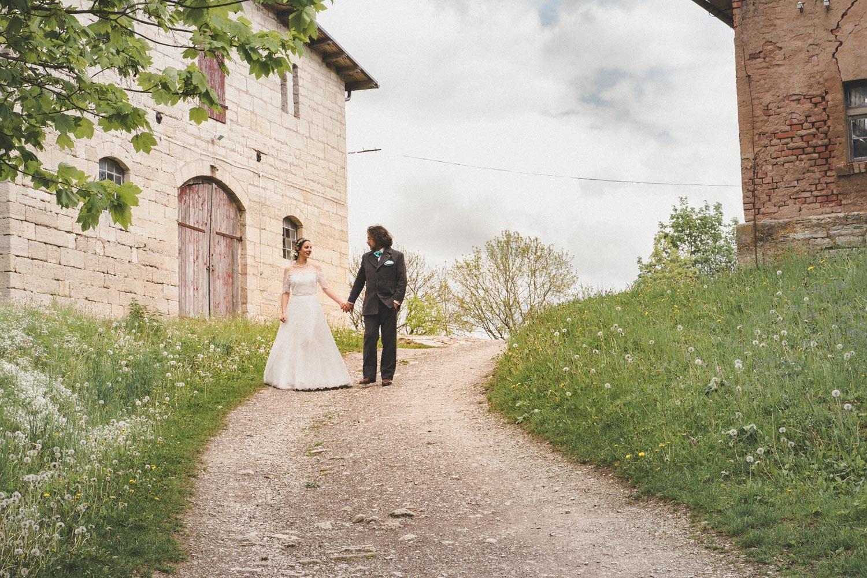 Auf dem Weg zum Burgtor von Burg Lohra schauen sich Braut und Bräutigam an und genießen den intimen, ruhigen Moment zu zweit