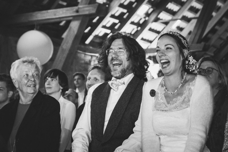 Herzhaft lachen die Frischvermählten über die Späße, die die Künstler beim Hochzeitsfestival auf der Bühne zeigen