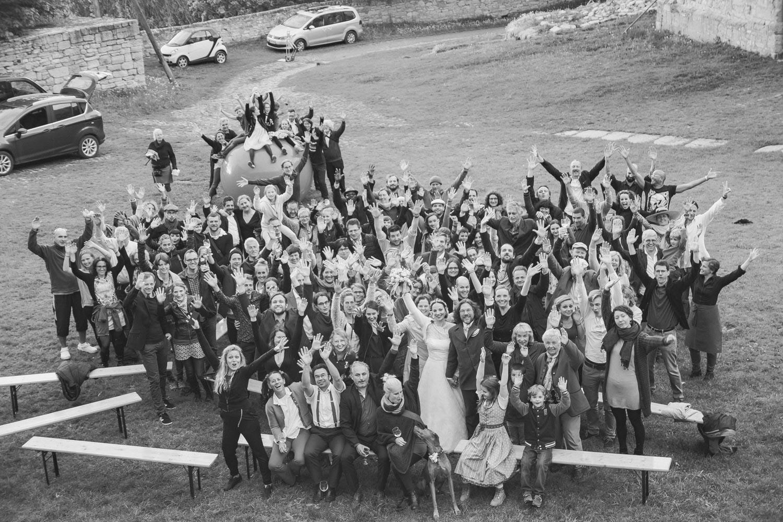 Gruppenfoto im Burghof - alle Gäste haben Spaß und feiern mit dem Brautpaar das gelungene Hochzeitsfestival