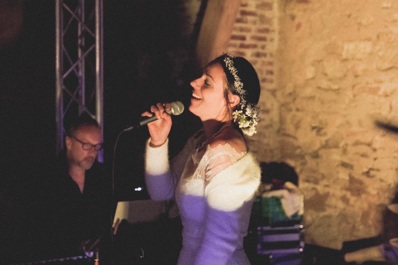 Die Braut hat auch noch eine Überraschung für ihren Ehemann. Heimlich hat sie mit der Band geübt und singt jetzt für den Bräutigam beim Hochzeitsfestival ein ganz persönliches Liebeslied auf Burg Lohra