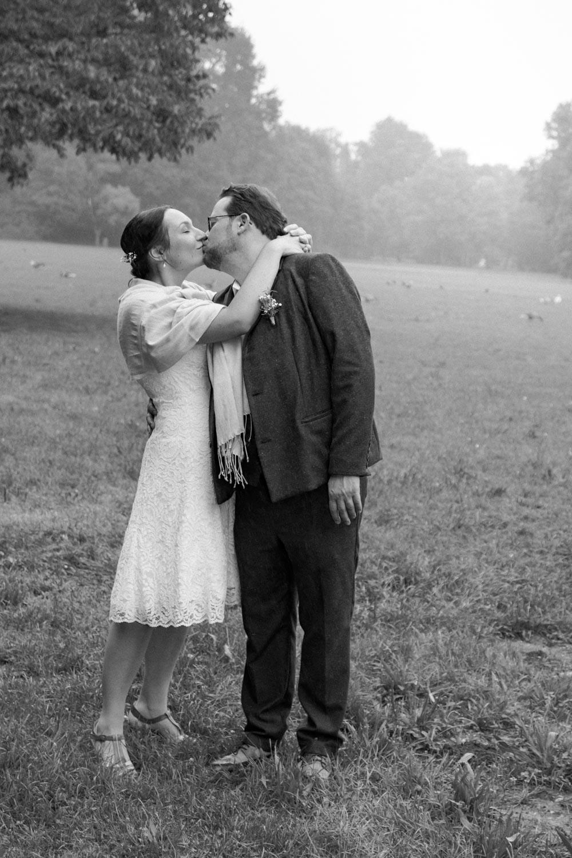 Kuss auf der Wiese im Englischen Garten nach dem Ja-Wort - Hochzeitsfotos