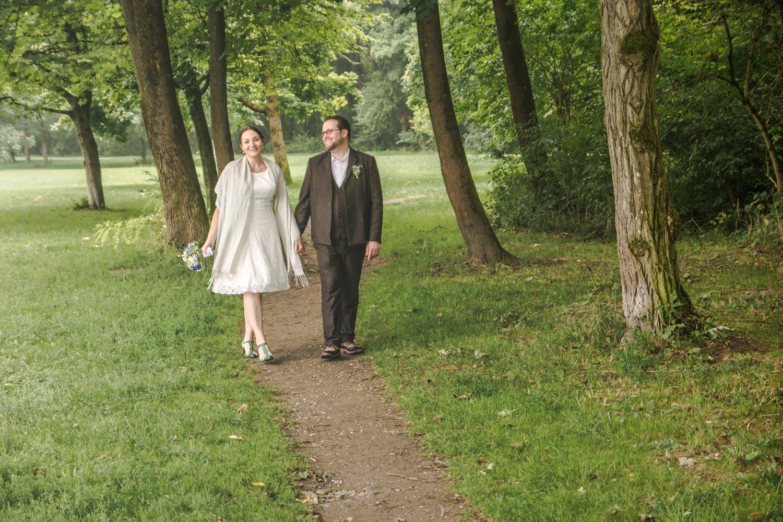 Spaziergang durch den Englischen Garten nach der Trauung - auf dem Weg zum Hochzeitsmahl