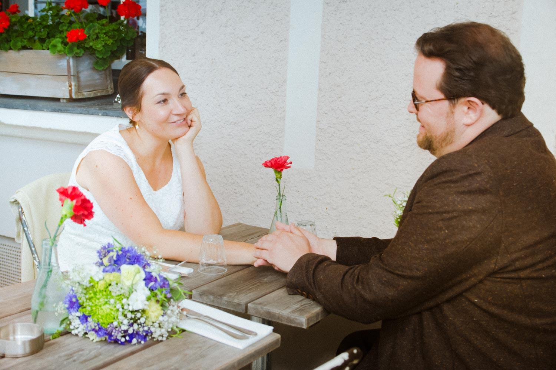 Braut und Bräutigam in trauter Zweisamkeit vor der Trattoria Seerose - Hochzeitsfotos