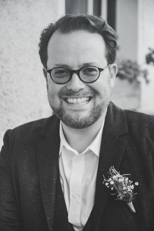 Der glückliche Bräutigam nach der Trauung - Hochzeitsfotos