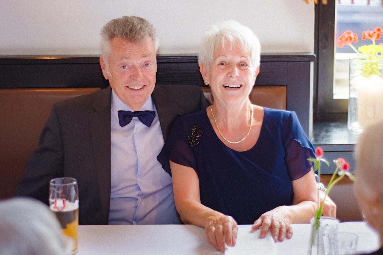 Die glücklichen Eltern des Bräutigams feiern auch mit und strahlen in der Trattoria Seerose in Schwabing