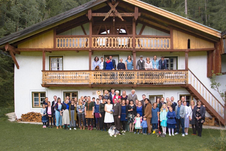 Gruppenfoto nach der Hochzeit auf der Leutasch in der Tiroler Alpen - Hochzeitsreportage München