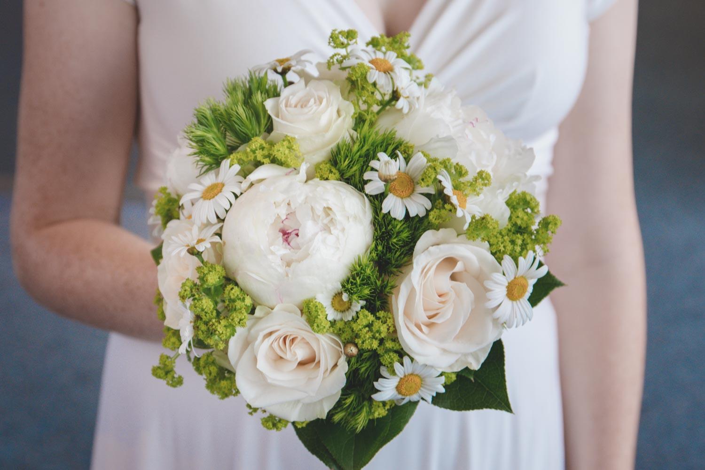 Der helle, sommerliche Brautstrauß