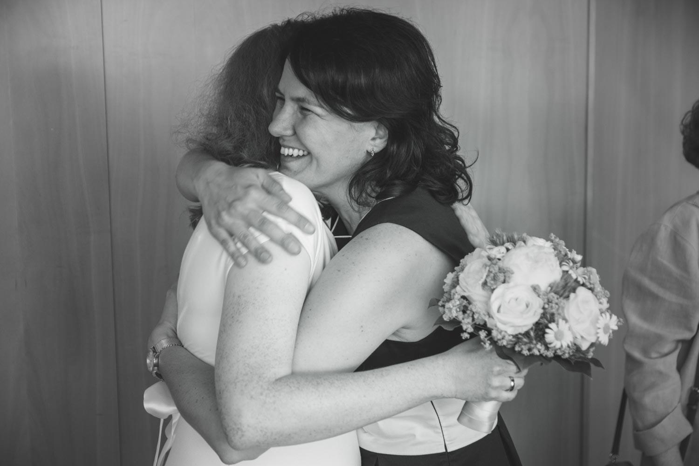 Gratulation direkt nach dem Ja-Wort - die Braut wird umarmt - Hochzeitsfotos