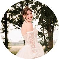 """Brautpaar auf ihrer Hochzeitsfeier, Logo für Button zum Paket """"Rundum sorglos"""" von Johanna Schmidt Hochzeitsfotografie München"""