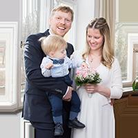 """Brautpaar mit Sohn im Standesamt Mandlstraße, Logo für Button zum Paket """"Klein aber fein"""" von Johanna Schmidt Hochzeitsfotografie München"""