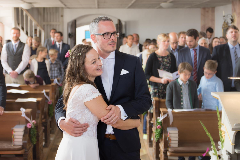 Hochzeitspaar in der Katholischen Kirche im Umkreis von München.
