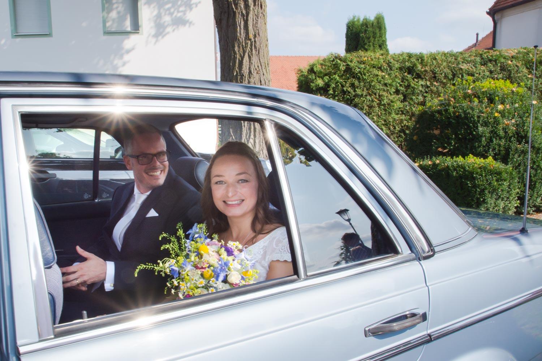 Das glückliche Brautpaar, kurz nach der Trauung in der Dorfkirche auf dem Weg zur Sommerhochzeit am AmVieh-Theater