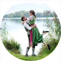 """Brautpaarportrait mit Pusteblume / Löwenzahn, Logo für Button zum Paket """"Der Klassiker"""" von Johanna Schmidt Hochzeitsfotografie München"""