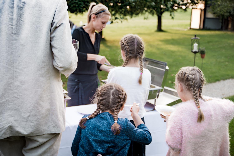 Kinder bedienen sich am Buffet bei der Sommerhochzeit auf dem AmVieh-Theater in der Umgebung von München