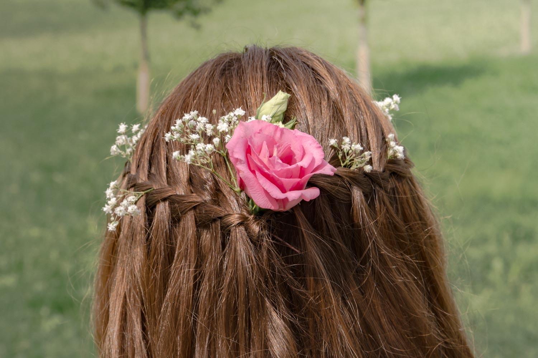 Eine Rose im Haar - diese Brautfrisur passt perfekt zu einer Sommerhochzeit - Hochzeitsreportage München