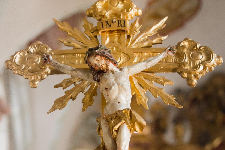Ein Detail aus der katholischen Kirche während der Trauung - Hochzeitsfotos